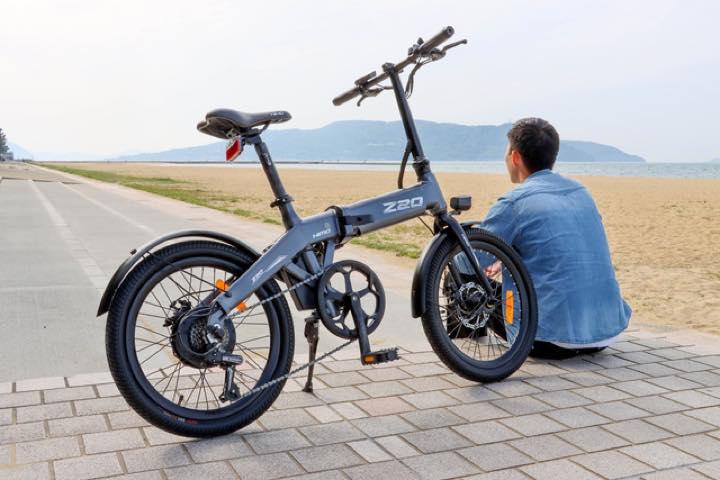 一見普通の折り畳み式電動アシスト自転車だけどサドルが空気入れになるんです! | &GP - Part 2